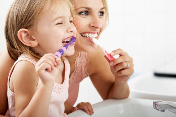 С мамой чистить зубы веселей