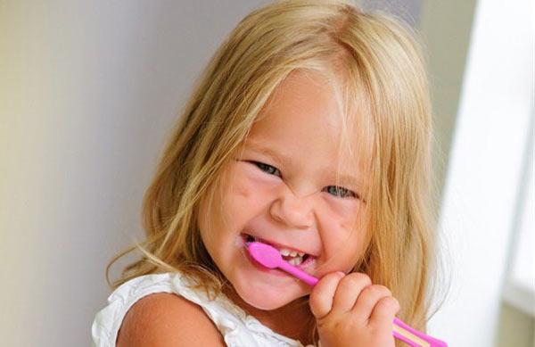 Девочка чистить зубы