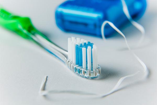 Зубная нить не может заменить зубную щетку!