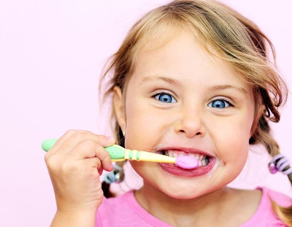 Не надо ждать, пока ребенок сам научиться держать в руках зубную щетку. Начинать чистку зубов нужно в младенческом возрасте