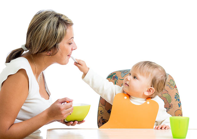 Нельзя облизывать ложку взрослому, во время кормления малыша
