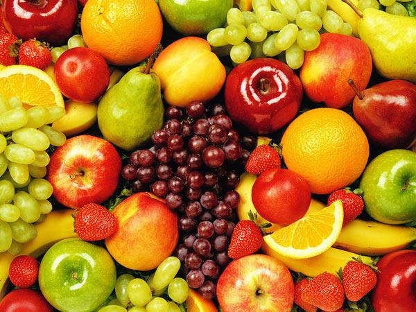 Большое количество витамина C содержится во фруктах: апельсинах, яблоках, грушах, винограде, клубнике и т.д.