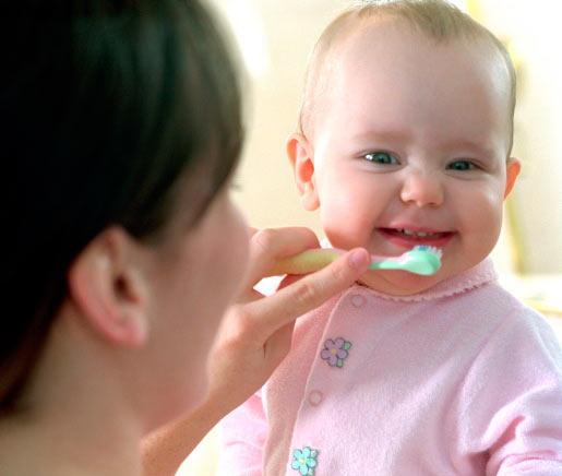 Чистка зубов грудному ребёнку
